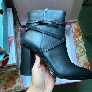 NEW 10 Vince Camuto black leather booties